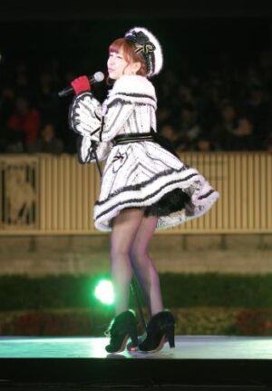 28961d1f 300x431 - AKB48河西智美 ミニスカートでソロデビュー曲「まさか」熱唱 東京競馬場で8000人大歓声