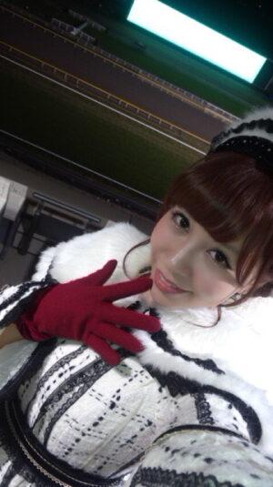 61f839e9 300x535 - AKB48河西智美 ミニスカートでソロデビュー曲「まさか」熱唱 東京競馬場で8000人大歓声