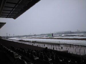 0120031 300x225 - 大雪の中での口取りを熱心に行なうサンデーRの会員たち…関係者「ああいう熱心な会員さんたちが競馬を支えるいるんだよね」