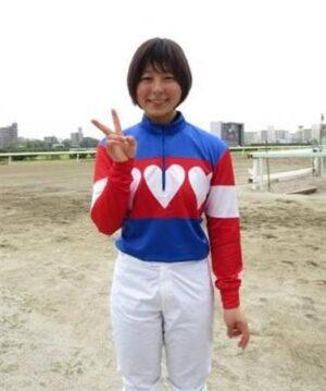 f8193f58 300x359 - CBC賞の誘導馬に名古屋の新人女性騎手・木之前葵(19)が騎乗 ハート柄の勝負服がトレードマーク、今年デビューで既に6勝