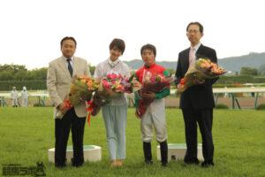 81400741 300x200 - 女優・剛力彩芽さん、福島市を訪問 馬車で市内をパレードし、JRA福島競馬場へ…会場には多くのファン