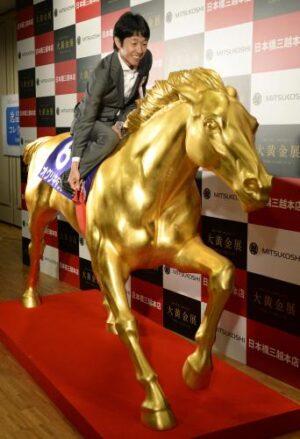 ecc26539 300x439 - ラストランに騎乗した武豊騎手、「金のパワーもらった、」黄金オグリキャップ像と対面
