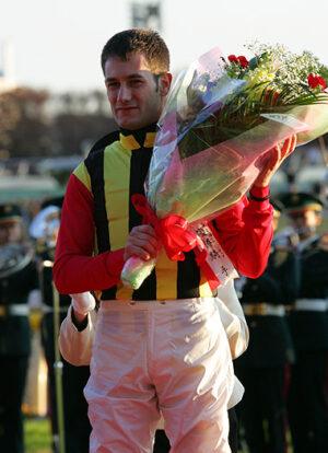 0906021 300x414 - JRA騎手免許取得を目指すM・デムーロ、栗東トレセンで意気込み語る 「日本に滞在し試験に備える。馬に乗らず勉強に集中する」