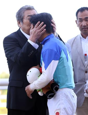 アドマイヤエイカンで札幌2歳Sを勝利した岩田康誠騎手(右)を祝福する近藤利一オーナー(左)