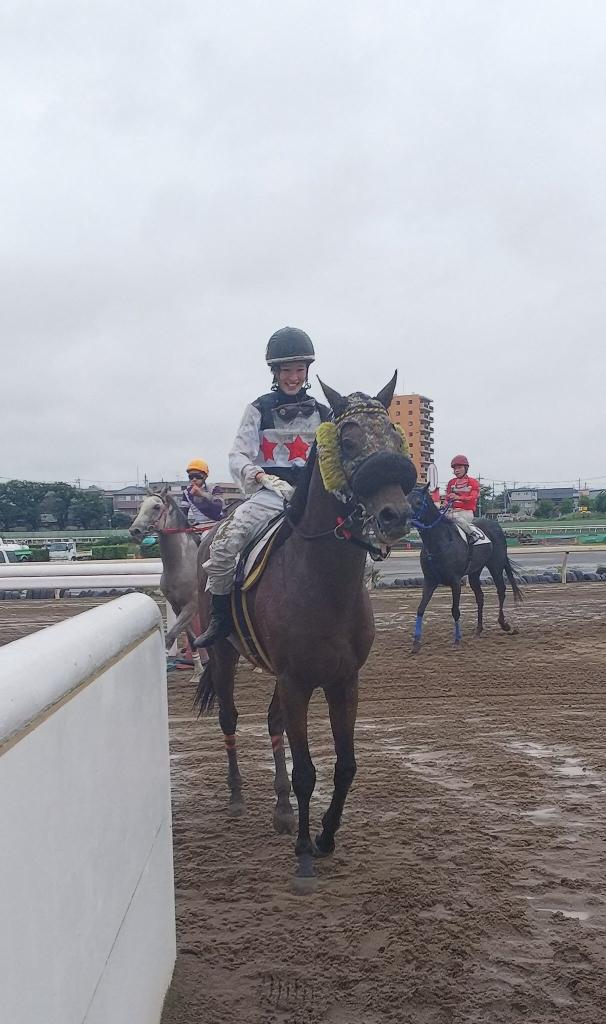 keiba 1538039398 3001 - 藤田菜七子騎手が直線200mの超小回りの浦和競馬場で8番人気の馬で最後方一気を決める